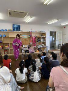 紙芝居師「さるびあ亭かーこ」さんによる紙芝居と、子供たちが夏休みに作った作品展